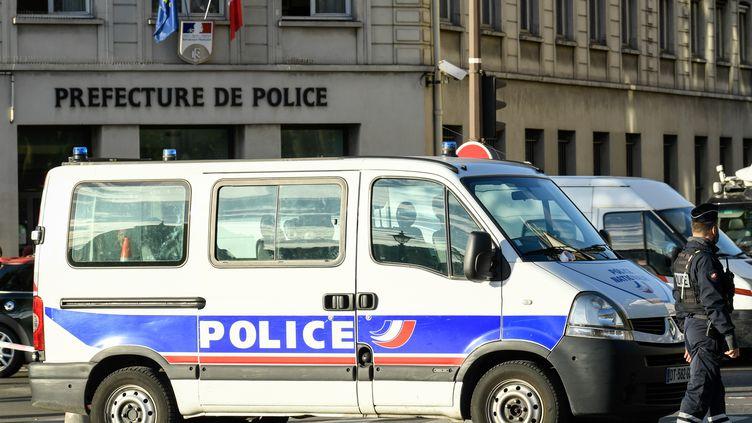 Des policiers près d'un bâtiment de la préfecture de police de Paris, le 3 octobre 2019. (BERTRAND GUAY / AFP)