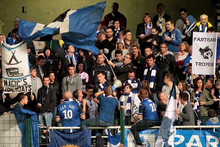 Les supporters de Troyes lors d'un match contre Guingamp, le 3 octobre 2015, au stade de l'Aube. (FLORIAN MARE / FLORIAN MARE)
