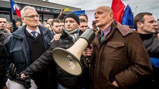 Le général de Corps d'Armée Christian Piquemal,qui a commandé la légion étrangère de 1994 à 1999, lors d'une manifestation anti-migrants interdite, à Calais (Pas-de-Calais), le 6 février 2016. (PHILIPPE HUGUEN / AFP)