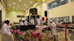 Des ingénieurs de l'Agence spatiale indienne (ISRO) travaillent sur la mission Chandrayaan-2, le 5 janvier 2019, à Bangalore (Inde). (PALLAVA BAGLA / CORBIS NEWS / GETTY IMAGES)
