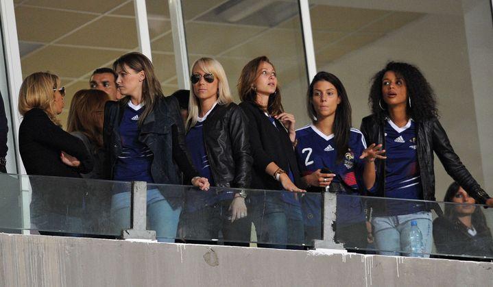 Les femmes des joueurs de l'équipe de France, en marge du match amical Tunisie-France, le 30 mai 2010 à Radès (Tunisie). (FRANCK FIFE / AFP)