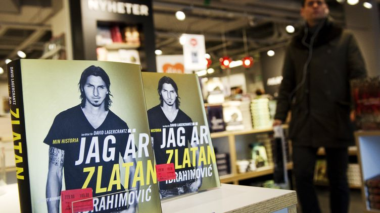 La biographie de Zlatan Ibrahimovic dans une librairie de Stockholm, le 9 novembre 2011. (Jonathan Nackstrand / AFP)