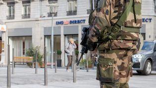Un militaire de l'opération Sentinelle à Lyon. (Photo d'illustration) (?NICOLAS LIPONNE/WOSTOK PRESS / MAXPPP)