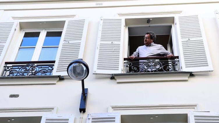 Daniel Psenny, à la fenêtre de son appartement, à Paris, le 11 novembre 2016. (MIGUEL MEDINA / RADIOFRANCE)