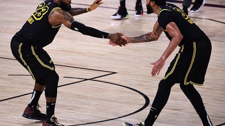 LeBron James et Anthony Davis célèbrent leur victoire dans le match 2 contre Houston. (DOUGLAS P. DEFELICE / GETTY IMAGES NORTH AMERICA)