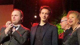 De gauche à droite,Laurent Courthaliac, Fred Nardin, Michele Hendricks et, au 2e plan, de profil, François Lacharme, président de l'Académie du Jazz, sur la scène du Pan Piper à la fin de la cérémonie de remise des trophées de l'Académie, le 22 janvier 2017 à Paris  (Annie Yanbékian / Culturebox)