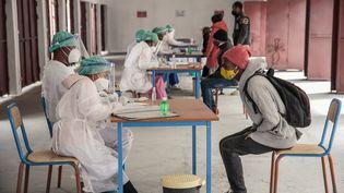 Un consultation pour coronavirus àAntananarivo, à Madagascar, le 20 juillet 2020. (RIJASOLO / AFP)