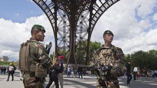 Deux militaires de l'opération Sentinelle sur le parvis de la Tour Eiffel, le 20 mai 2017, à Paris. (MICHEL EULER / POOL)