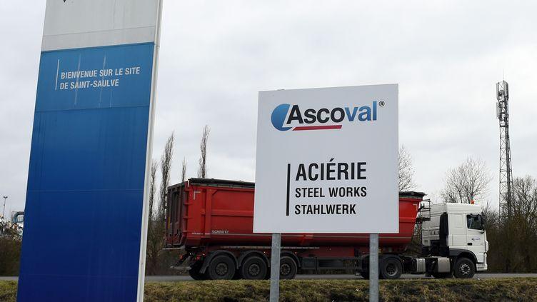 Un camion arrive à l'aciérie Ascoval, à Saint-Saulve, dans le Nord. (FRANCOIS LO PRESTI / AFP)