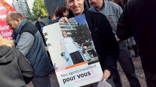 Des gardiens d'immeuble de l'Office HLM Plaine Commune Habitat manifestent, le 9 octobre 2008 à Bobigny (seine-Saint-Denis), pour réclamer un soutien accru de l'Etat et de la Justice face aux incivilités et aux violences dont il sont victimes. (JACQUES DEMARTHON / AFP)