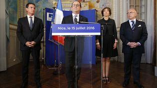 Francois Hollande, entouré deManuel Valls, Marisol TouraineetBernard Cazeneuve, à Nice (Alpes-Maritimes), le 15 juillet 2016. (ERIC GAILLARD / AFP)