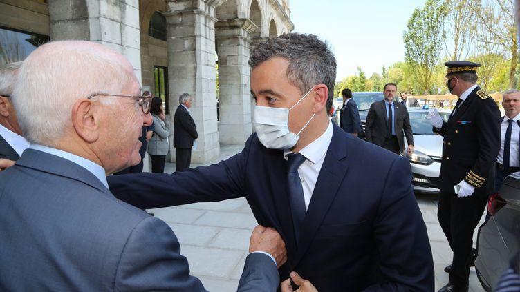 Le ministre de l'Interieur, Gérald Darmanin, s'entretient avec le maire de Bayonne (Pyrénées-Atlantiques), le 11 juillet 2020. (MAXPPP)
