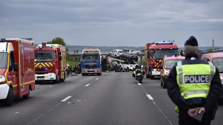Des pompiers en intervention après un accident sur l'autoroute A13, le 25 avril 2016. (ERIC FEFERBERG / AFP)