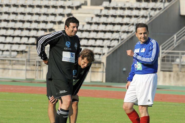 Eric Besson en train de jouer au foot, aux côtés de Richard Gasquet et de Patrick Bruel, au Stade Charléty, le 20 mai 2008. (PATRICE HERZOG / AFP)