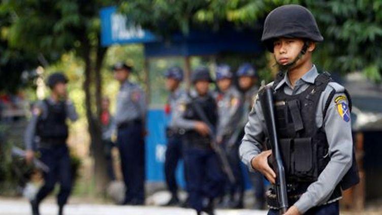 Policiers birmans à l'aéroport de Sittwe (Etat de Rakhine) le 2 décembre 2016. (REUTERS - Soe Zeya Tun)