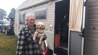 A Cobargo (Nouvelle-Galles-du-Sud), localité touchée par les incendies qui ravagent le sud-est de l'Australie. Cet habitant a perdu sa maison, il s'est réfugié dans une vielle caravane, installée sur un terrain vague en bordure du village. (GAELE JOLY / RADIO FRANCE)