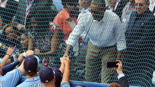 Barack Obama et Raul Castro, félicitant les joueurs de baseball, le 22 mars 2016, à La Havane. (ALEJANDRO ERNESTO / EFE)
