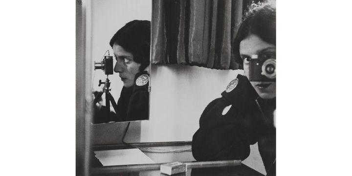 Ilse Bing (1899-1998), Autoportrait au Leica, Tirage au gélatino-bromure d'argent 1986, d'après un négatif gélatino-argentique sur support souple, 1931  (Musée Carnavalet - Histoire de Paris / Roger-Viollet)