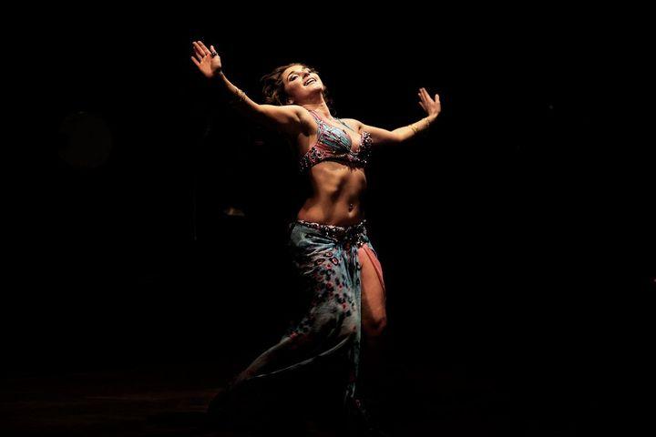 Une danseuse russe lors d'un festival de danse du ventre dans la capitale égyptienne Le Caire, le 12 décembre 2012. (PATRICK BAZ / AFP)
