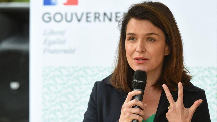 La présidente sortante des Pays de la Loire, Christelle Morançais (LR), lors d'un discours à Bessé-sur-Braye (Sarthe), le 26 mai 2021. (JEAN-FRANCOIS MONIER / AFP)