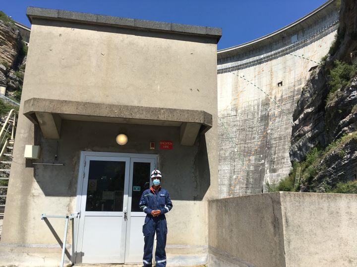 Yacine Makhloufi, le responsable de la production électrique du barrage du lac de Castillon,qui culmine à 100 mètres de hauteur. (GREGOIRE LECALOT / RADIO FRANCE)