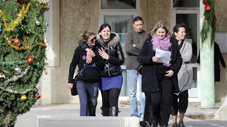Les parents d'élèves mettent fin à la prise d'otages du personnel de l'école privée fréquentée par leurs enfants, à Berre-l'Etang (Bouches-du-Rhône), le 7 décembre 2011. (ANNE-CHRISTINE POUJOULAT / AFP)