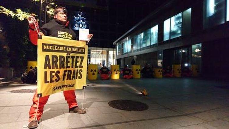 Des militants de Greenpeace bloquent le siège d'EDF à Paris, le 14 décembre. (Communiqué Greenpeace)