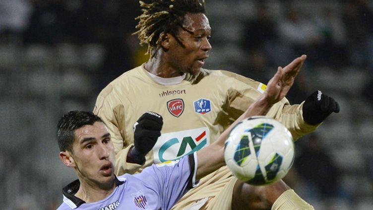 Le joueur d'Istres Nassim Akrour (à gauche) face à Gaetan Bong de Valenciennes (ANNE-CHRISTINE POUJOULAT / AFP)