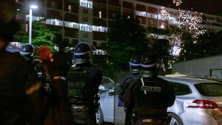 Des tensions à Gennevilliers (Hauts-de-Seine), le 21 avril 2020, en marge d'un accident impliquant la police à Villeneuve-la-Garenne (Hauts-de-Seine). (AMAURY BLIN / HANS LUCAS / AFP)