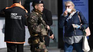 Les usagers sont contrôlés à l'entrée de la Gare du Nord, à Paris, en pleine épidémie de Covid-19, le 1er avril 2020. (FRANCK FIFE / AFP)