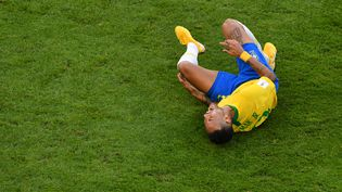 Neymar se tord de douleur après avoir subi une faute lors du 8e de finale de la Coupe du monde Brésil-Mexique, lundi 2 juillet 2018 à Samara (Russie). (SAEED KHAN / AFP)