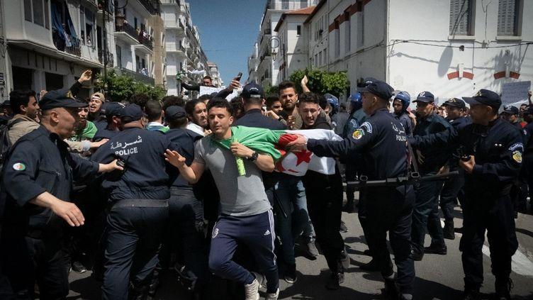 Scène de manifestation à Alger le 16 avril 2019 pendant le mouvement du Hirak (SABRI BENALYCHERIF / HANS LUCAS)