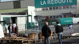 Des employés de La Redoute bloquent l'accès au site de Wattrelos (Nord), le 19 mars 2014. (CITIZENSIDE /THIERRY THOREL / AFP)