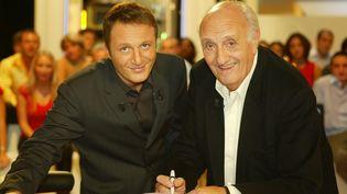 """L'animateur Arthur et Pierre Tchernia sur le plateau des """"Enfants de la télé"""", le 29 septembre 2003. (CHOGNARD ETIENNE / TF1 / SIPA)"""