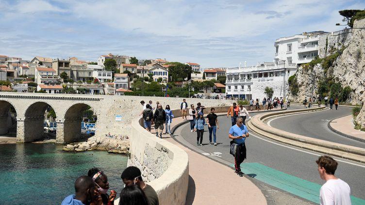 Des badauds se promènent sur la Corniche à Marseille (Bouches-du-Rhône), le 23 mai 2021. (NICOLAS TUCAT / AFP)