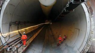 Des ouvriers à l'entrée d'un tunnel creusé pour le Grand Paris Express. (FRANCE 2)
