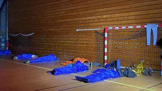 Des automobilistes naufragés de la route ont étéaccueillis dans le gymnase Antoine-Jacquet à Valserhône (Bellegarde-sur-Valserine) dans l'Ain après avoir été bloqués quelques heures sur l'autoroute A40, le 13 janvier 2021. (RICHARD VIVION / RADIOFRANCE)