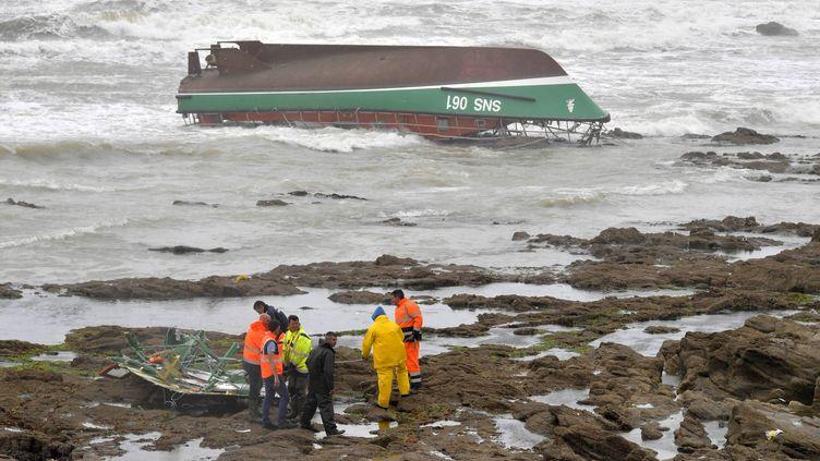 Lavedette de sauvetage de la Snsm des Sables-d'Olonne qui a chaviré. (JEROME FOUQUET / MAXPPP)
