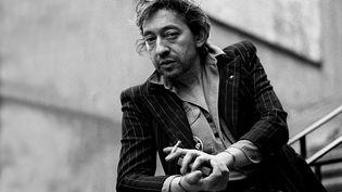 Serge Gainsbourg, en 1980, dans les rues de Paris. (ULF ANDERSEN / AURIMAGES / AFP)