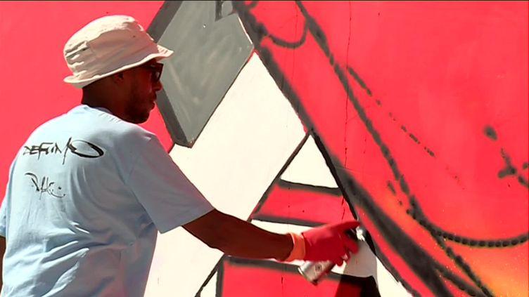 Le graffeur Mode 2 au festival Street Art on the Roc à Villars-Fontaine, en Côte-d'Or (R. Augier / France Télévisions)