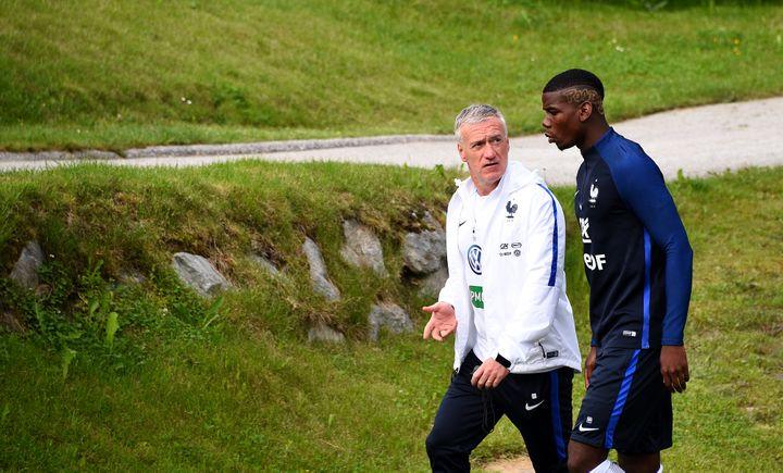 Didier Deschamps en discussion avec Paul Pogba. (FRANCK FIFE / AFP)