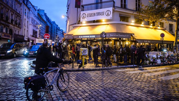 """(Le bar """"la bonne bière à Paris"""" a rouvert ses portes ce vendredi matin, trois semaines après les attentats © MaxPPP)"""