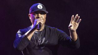 Chuck D, le leader du groupe de rap américain engagé Public Enemy, joue a un meeting du candidat à l'investiture démocrate Bernie Sanders à Los Angeles, le 1er mars 2020. (ETIENNE LAURENT / EPA / MAXPPP)