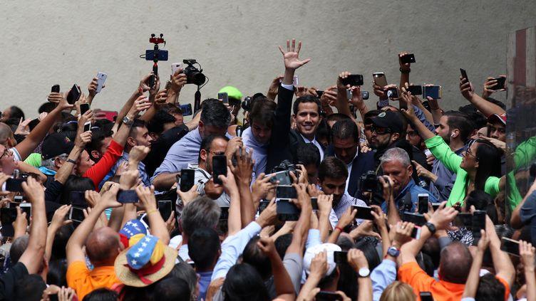 Le président de l'Assemblée nationale vénézuélienne, et président autoproclamé du pays, Juan Guaido, lors d'un meeting en plein air sur la place Bolivar de Caracas, le 25 janvier 2019. (LOKMAN ILHAN / AFP)