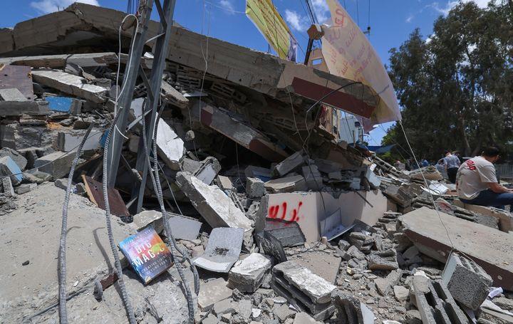 Des débris et des livres éparpillés sur ce qu'il reste de la librairie Al-Mansour, le 22 mai 2021 à Gaza City (EMMANUEL DUNAND / AFP)