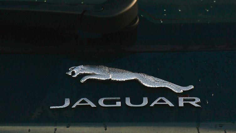 Le logo de la marque automobile de luxe Jaguar, à Dublin (Irlande), le 22 janvier 2021. (ARTUR WIDAK / NURPHOTO / AFP)