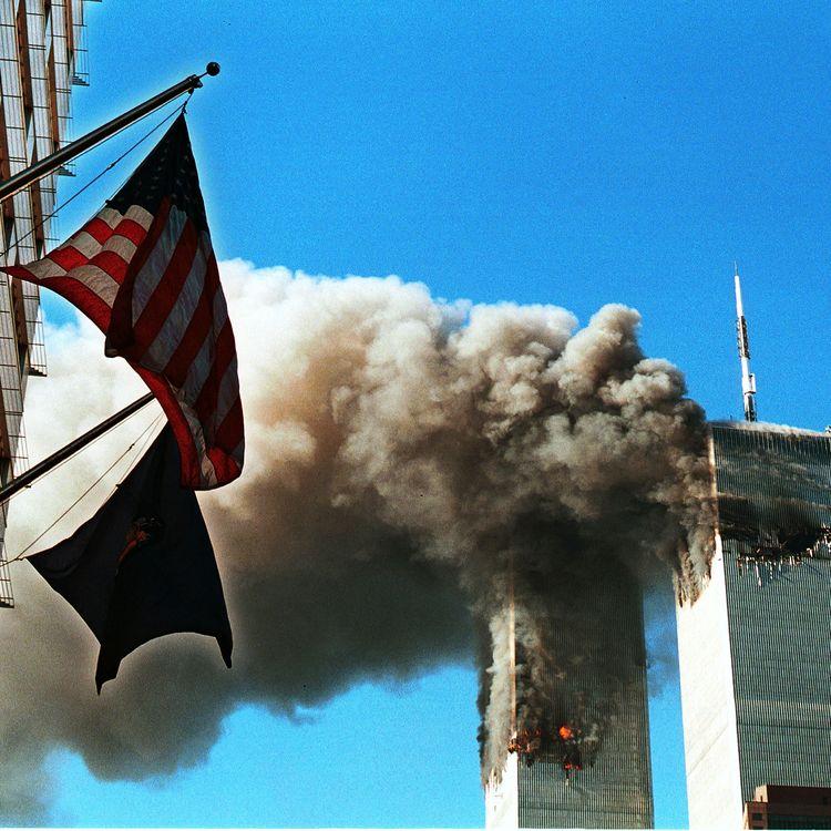 Les tours jumelles du World Trade Center en feu, le 11 septembre 2001, après l'attaque d'avions détournés par Al-Qaïda, à New York (Etats-Unis). (CRAIG ALLEN / GETTY IMAGES NORTH AMERICA / AFP)