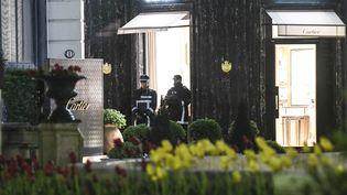 Des policiers en faction devant la bijouterie Cartier de Monaco, cible d'un braquage le 25 mars 2017. (YANN COATSALIOU / 360 MEDIAS / AFP)