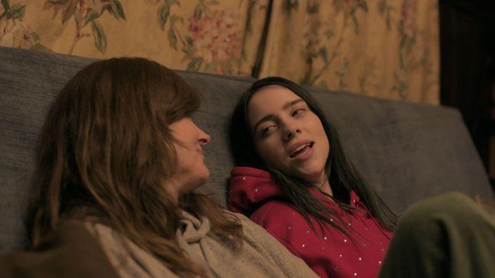 """La jeune chanteuse américaine Billie Eilish discute avec sa mère dans le documentaire """"The World's a Little Blurry"""" de R.J.Cutler. (APPLE TV)"""