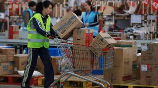 Les employés d'un entrepôt en Chine livrent des milliers de colis commandés à l'occasion des promotions du Jour des célibataires le 11 novembre 2017 (STR / AFP)